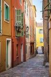 Casas brilhantes na rua velha no Villefranche-sur-Mer Fotografia de Stock Royalty Free