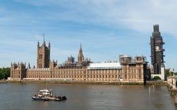 Casas britânicas torre de pulso de disparo do parlamento e de Big Ben coberta pelo andaime para a restauração, Londres, Inglaterr imagens de stock