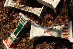 CASAS BUDISTAS y del ANIMISTA de ASIAN SPIRIT: Vista de arriba dispersada de pedestales multicolores Imagen de archivo libre de regalías