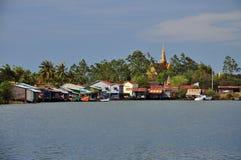 Casas cambojanas da aldeia piscatória e do pernas de pau foto de stock royalty free
