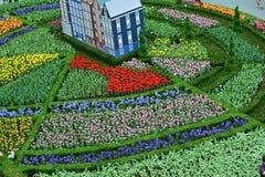 Casas cercadas por tulipas em um semi-círculo fotos de stock royalty free