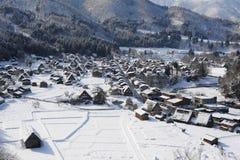 Casas cobridas com sapê do telhado cobertas na neve Fotografia de Stock