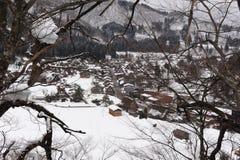 Casas cobridas com sapê do telhado cobertas na neve no inverno Imagem de Stock Royalty Free