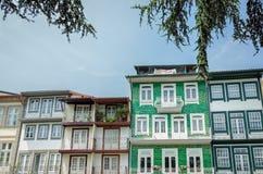 Casas colgantes en Guimaraes, Portugal Foto de archivo