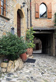 Casas colgantes viejas en pasillo cobbled Fotografía de archivo libre de regalías