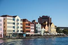 Casas coloniais coloridas em Willemstad, Curaçau Imagem de Stock Royalty Free