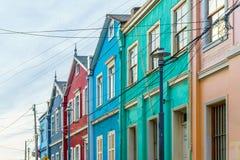 Casas coloniais coloridas nas ruas de Valparaiso - Chile imagem de stock