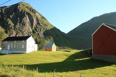 Casas coloreadas de Uttakleiv Fotos de archivo