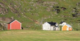 Casas coloreadas del uttakleiv Imágenes de archivo libres de regalías