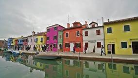 Casas coloreadas en la isla de Burano almacen de metraje de vídeo