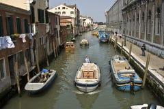 Casas coloreadas hermosas y un canal visto de un viejo brigde de Imagen de archivo libre de regalías