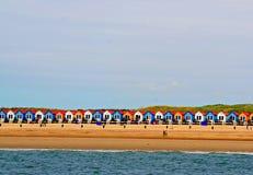 Casas coloreadas holandés en una playa Foto de archivo libre de regalías