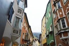 Casas coloreadas medievales de Vipiteno, Italia Imagen de archivo