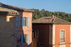 Casas coloreadas pastel mediterráneo con los obturadores de madera, el Rosellón Fotografía de archivo libre de regalías