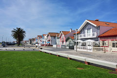 Casas coloreadas rayadas, Costa Nova, Beira Litoral, Portugal, EUR Foto de archivo libre de regalías