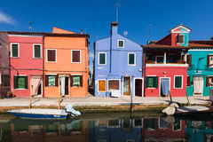 Casas coloridamente pintadas em Burano, Veneza, Itália fotos de stock royalty free