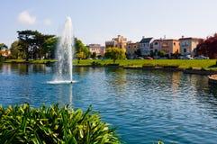 Casas coloridas ao lado de um lago fotografia de stock royalty free