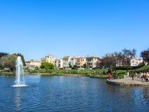 Casas coloridas ao lado de um lago em San Francisco EUA primavera de 2015 imagem de stock royalty free