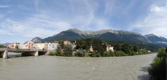Casas coloridas ao longo do rio em Innsbruck, Áustria, Innsbruck, Áustria imagem de stock royalty free