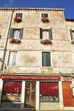 Casas coloridas bonitas na rua da cidade de Veneza em um dia de ver?o imagens de stock royalty free