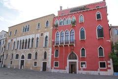 Casas coloridas bonitas na rua da cidade de Veneza em um dia de ver?o imagem de stock royalty free