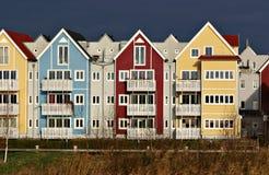 Casas coloridas con el cielo oscuro Fotos de archivo libres de regalías