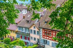 Casas coloridas con los tejados de teja roja en Rapperswil, Switlzerland Imágenes de archivo libres de regalías
