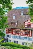 Casas coloridas con los tejados rojos en Rapperswil, Switlzerland Fotografía de archivo