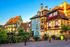 Casas coloridas da madeira na cidade velha de Colmar, Alsácia, França imagem de stock royalty free
