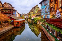 Casas coloridas da madeira na cidade velha de Colmar, Alsácia, França foto de stock