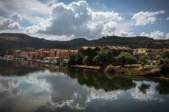 Casas coloridas de Bosa, Cerdeña que refleja en el río fotos de archivo