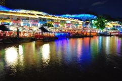 Casas coloridas de la tienda por el río de Singapur Imagenes de archivo