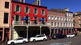 Casas coloridas de New Orleans en la calle New Orleans Luisiana de Decatur almacen de video