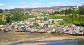 Casas coloridas de Palafito en los zancos en Castro, isla de Chiloe, Patagonia, Chile foto de archivo