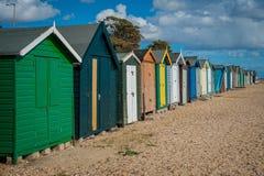 Casas coloridas 2016 de Reino Unido Mersea en la playa ancha hermosa de la costa con los edificios interesantes fotografía de archivo