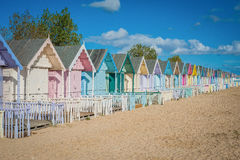 Casas 2016 coloridas de Reino Unido Mersea na praia larga bonita da costa com construções interessantes Imagem de Stock Royalty Free
