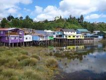 Casas coloridas dos palafotos em colunas do woodel na ilha do chiloe fotos de stock