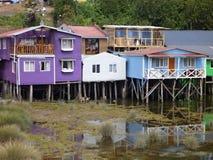 Casas coloridas dos palafotos em colunas do woodel na ilha do chiloe fotografia de stock