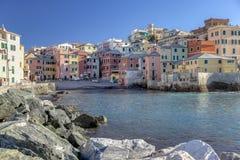 Casas coloridas em torno do porto, Boccadasse fotografia de stock