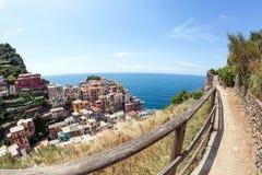 Casas coloridas em uma rocha perto do mar em Manarola, Cinque Terre fotos de stock royalty free