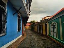 Casas coloridas em uma rua cobbled imagens de stock royalty free