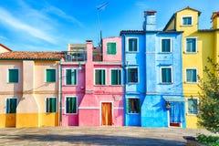 Casas coloridas en la isla de Burano con el cielo azul nublado cerca de Venecia, Italia Lugar turístico popular y famoso imagen de archivo