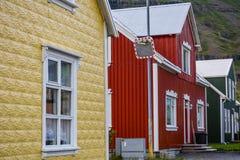 Casas coloridas en la pequeña ciudad Seydisfjordur en Islandia del este en verano imágenes de archivo libres de regalías