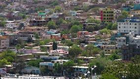 Casas coloridas en una colina almacen de metraje de vídeo