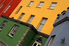 Casas coloridas en una fila en una calle de Dublín Imagen de archivo