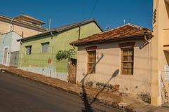 Casas coloridas gastos da classe obreira em uma rua vazia em um dia ensolarado em San Manuel fotografia de stock royalty free