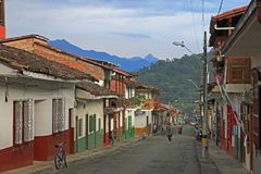 Casas coloridas na cidade colonial Jardin, Antoquia, Colômbia fotos de stock royalty free