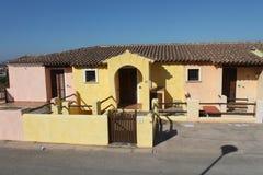 Casas coloridas na cidade pequena da costa sardo imagem de stock