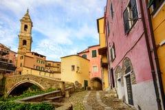 Casas coloridas na cidade velha de Dolcedo, Liguria, Itália foto de stock