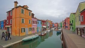 Casas coloridas na ilha de Burano video estoque